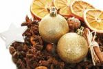 Thumbnail Christmas platter with decorative star, cinnamon sticks, star anise, Christmas tree balls and dried orange slices