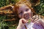 Thumbnail Antonia spielt liegt im Gras und ist glücklich