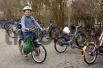 Thumbnail acht Jahre alter Junge mit Helm am Fahrradständer auf dem Fahrrad