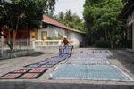 Thumbnail Batik factory drying the dyed fabrics in a yard near Yogyakarta, Central Java, Indonesia, Southeast Asia, Asia