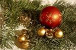 Thumbnail Rote und goldfarbige Baumkugeln mit Girlanden auf Tannenzweig, Weihnachtsdekoration