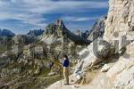 Thumbnail Hiker with quotDreizinnenquot-Mountainhut, Refugio Tre Cime a Locatelli, Three Pinnacles Area, Dolomites, Italy
