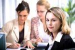 Thumbnail Junge Frau mit Kollegen im Büro