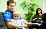 Thumbnail Junge Familie beim Lesen