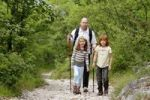 Thumbnail Vater und Kinder wandern auf dem Albrecht Dürer Weg bei Laag, Überetsch, Bozner Unterland, Südtirol, Italien, Europa