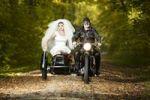 Thumbnail Braut und Bräutigam fahren in Motorrad mit Beiwagen zur Hochzeit
