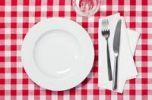 Thumbnail Gedeckter Tisch, Teller, Glas, Messer, Gabel, rotweiß karierte Tischdecke