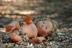 Thumbnail Nackte Puppe im Wald, Symbolbild Kindermissbrauch, Entführung