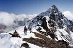 Thumbnail Wanderer beim Aufstieg über dem Gipfelgrat zur Hinteren Eggenspitze im Ultental, hinten der Gipfel der Hinteren Eggenspitze, Südtirol, Italien, Europa