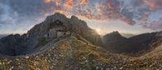Thumbnail Panorama am Törlgatterl mit Törlspitze und Meilerhütte bei Sonnenaufgang mit bizarrem rötlichen Wolkenhimmel, Garmisch-Partenkirchen, Wettersteingebirge, Bayern, Deutschland, E