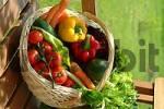 Thumbnail gemusekorb mit verschiedenen gemusesorten / basket with vegetables