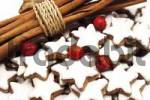 Thumbnail Cinnamon sticks, star-shaped cinnamon cookies and rose hips