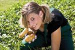 Thumbnail Young woman harvesting potatoes
