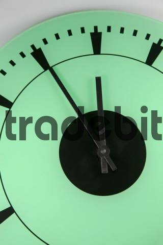 symbol photo - clock is on 5 before 12