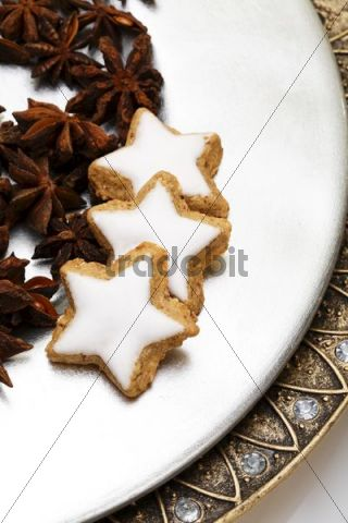 Star-shaped cinnamon cookies and star anise on a plate
