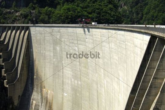 Verzasca Dam, the place where James Bond bungee jumped in the movie Golden Eye, highboard in the middle of the dam crest, arch dam of the Vogorno reservoir in the Valle Verzasca, Selvatica, Switze