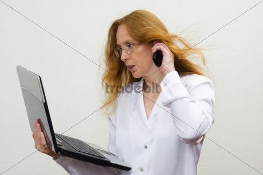 Free Telephoning businesswoman, 41 years, with notebook Download thumbnail