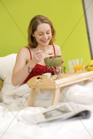 Young woman, 25+, breakfast in bed