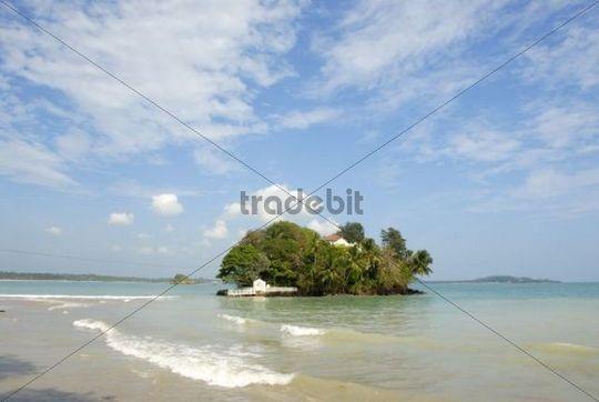 Dream island off the coast near Matara, Indian Ocean, Ceylon, Sri Lanka, South Asia, Asia