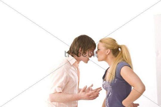 Junges streitendes Paar