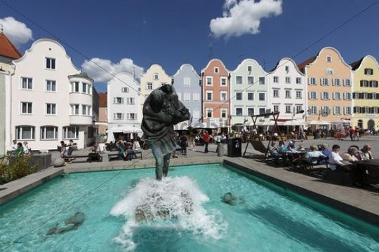 Christophorusbrunnen fountain and Silberzeile row of houses, upper town square, Schaerding, Innviertel, Upper Austria, Austria, Europe