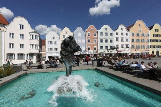 Christophorusbrunnen fountain and Silberzeile row of houses, upper town square, Schaerding, Innviertel, Upper Austria, Austria, Europe