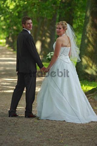 Wedding couple in the spa park, Bad Schwartau, Schleswig-Holstein, Germany, Europe