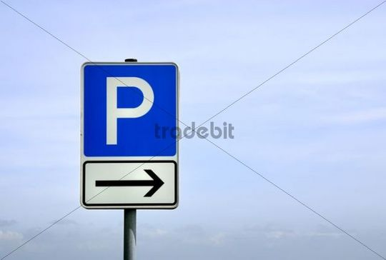 Traffic sign indicating the direction to a parking lot