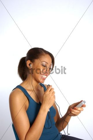 Young woman listening to music with her mobile phone