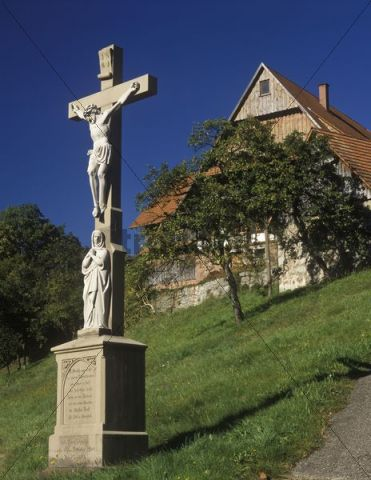 Crucifix and farmhouse, Ottenhoefen, Black Forest, Baden-Wuerttemberg, Germany, Europe