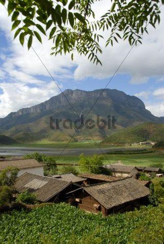 Village of the Mosu ethnicity, Gemu Shan Mountain, Lugu Hu Lake area, Yunnan Province, People´s Republic of China, Asia