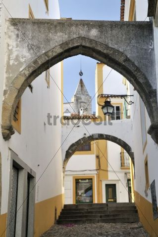 Arches over an alley, Evora, UNESCO World Heritage Site, Alentejo, Portugal, Europe