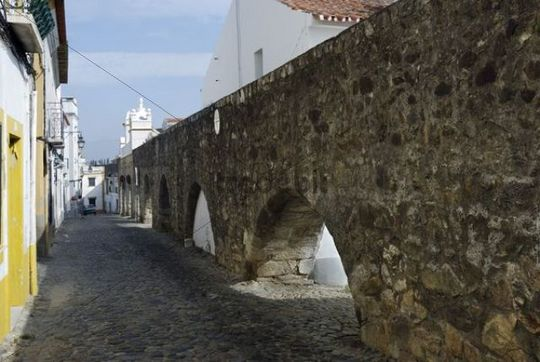 Medieval aqueduct, Evora, UNESCO World Heritage Site, Alentejo, Portugal, Europe