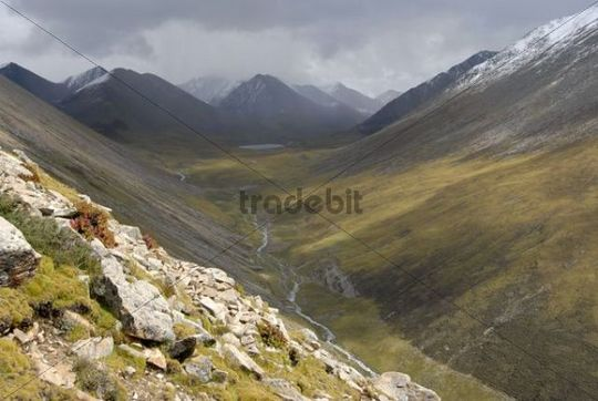 Geomorphology, vast mountains, trough valley, Tsotup-chu valley, old pilgrim route through the mountains from the Ganden monastery to Samye, Himalayas, Tibet Autonomous Region, People´s Republic o