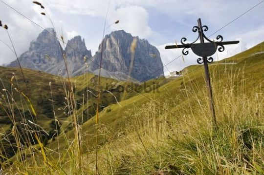 Cross as a memorial to people killed in a traffic accident on a mountain road, in front of Langkofel and Plattkofel mountains and Sella Pass, Dolomites, Alto Adige, Italy, Europe