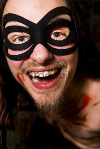 Schauspieler mit Maske und Kunstblut