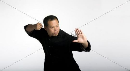 Chinese Taiji Master Cheng Lijun, classical Taiji body position, fighting position, traditional Chinese clothing