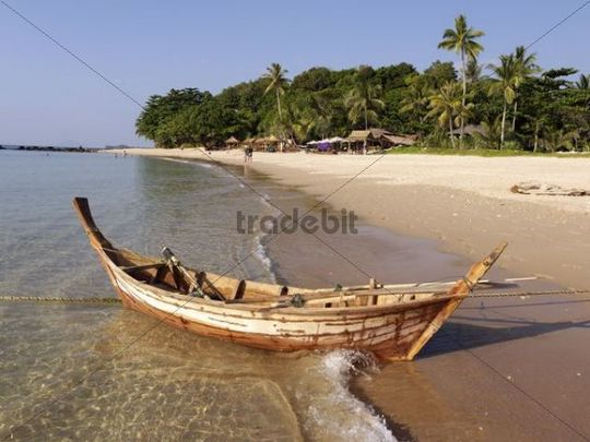 Wooden boat on Hat Phra Ae beach on the island of Ko Lanta, Andaman Sea, Krabi province, Southern Thailand, Thailand, Asia