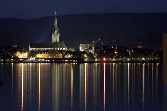 Skyline von Radolfzell bei Nacht, von Iznang aus, Radolfzeller Münster oder Münster Unserer Lieben Frau, Zeller See, Untersee, Bodensee, Radolfzell, Baden-Württemberg, Deutschland,