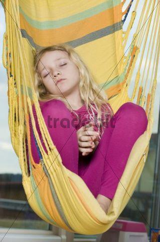 Mädchen schläft im Hängestuhl