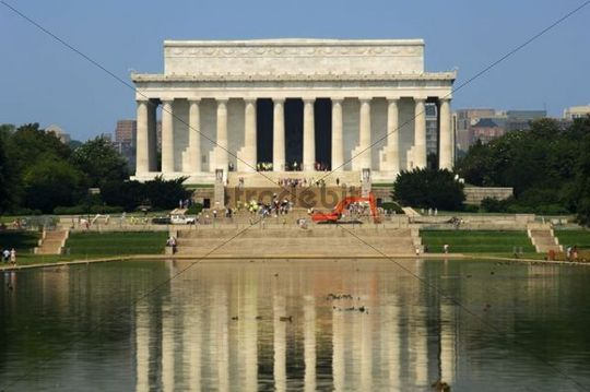 The Lincoln Memorial at the western end of the Lincoln Memorial Reflecting Pool, Washington DC, USA, America, America
