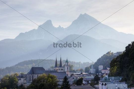 City view with parish church of St. Andreas and the twin towers of the collegiate church of St. Peter und Johannes der Taeufer, Mt. Watzmann in the back, Berchtesgaden, Berchtesgadener Land, Upper