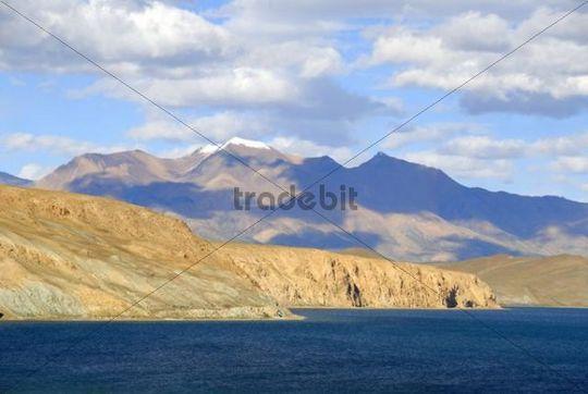 Tibetan Buddhism, sacred lake Manasarovar, Mapham Yutsho, Bon Ri mountain at back, Kailash region, Gang-Tise Mountains, Trans-Himalaya, Himalayas, Tibet Autonomous Region, People´s Republic of Chi