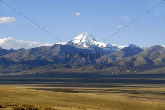 Tibetan Buddhism, vast plateau and the snow-capped sacred mountain of Mount Kailash, 6714 m, south side with Rinne, Gang Rinpoche and Gang-Tise Mountains, Trans-Himalaya, Himalayas, Western Tibet,