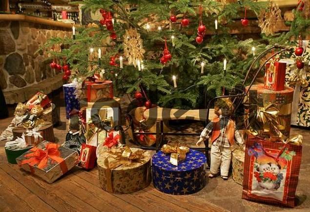 St. Johann, AUT, 29. Nov. 2005 - Presents under a decorated christmas tree.