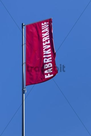 "A flag with the word ""Fabrikverkauf"" or factory outlet"