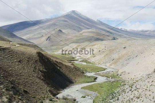 Mountain river winding through a valley, lonely mountain scenery, Mount Everest region near New Tingri, Himalaya Range, Central Tibet, Ue-Tsang, Tibet Autonomous Region, People´s Republic of China