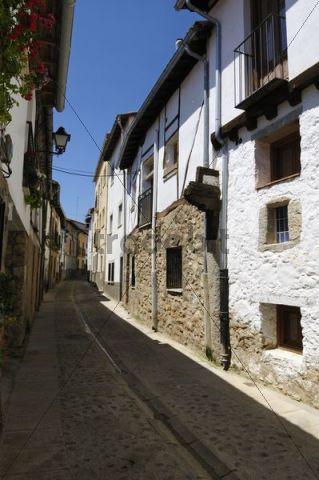 Narrow lane in the historic centre of Cuacos de Yuste, Sierra de Gredos, Extremadura, Spain, Europe