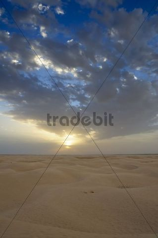 Cloudy sky over the Sahara in Douz, southern Tunisia, Tunisia, Maghreb, North Africa, Africa