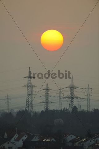 Electric power transmission lines, electricity pylons, with the setting sun, Korb near Stuttgart, Baden-Wuerttemberg, Germany, Europe
